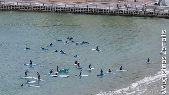 Korėjiečiai mokosi plaukti banglentėmis Pusano paplūdimyje