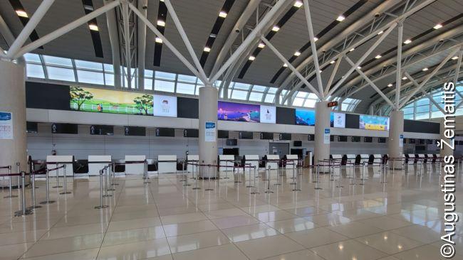 Tušti tarptautinių išvykimų registracijos staleliai Čedžu oro uoste