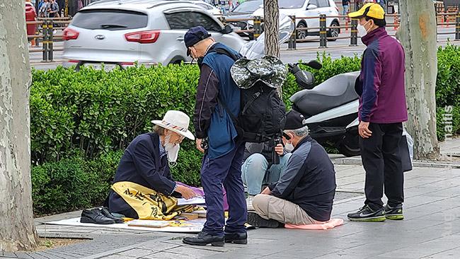Gatvės būrimai Korėjoje. Būrimai čia vyksta ir atrakcionų parkuose, ir net pirtyse: jie rūpi daugeliu.