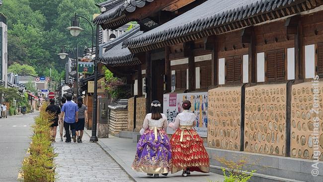 Korėjietės, išsinuomavusios tautinius drabužius, vaikštinėja po Čeondžu senamiestį