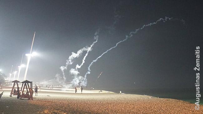Fejerverkų šaudymas rytinėje Korėjos pakrantėje. Korėjoje fejerverkai neribojami ir įprasta juos šaudyti paplūdimyje: kiekvieną vakarą paplūdimiai pilni fejerverkininkų