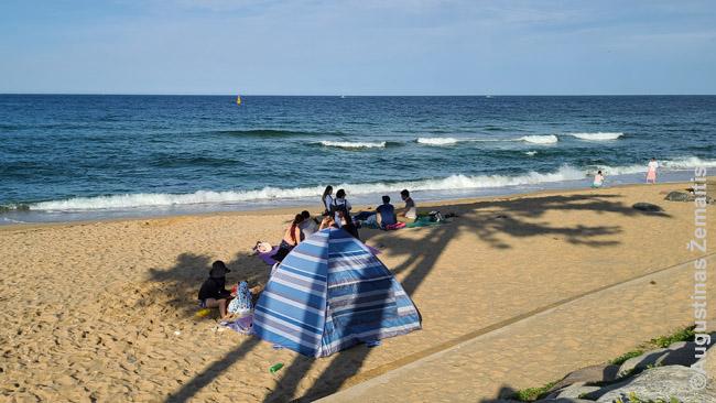 Korėjiečiai maudosi su rūbais, o paplūdimiuose laiką leidžia palapinėse are pavėsyje. Kad neįdegtų. Įdegis - negražu.