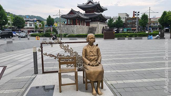 Antrojo pasaulinio karo metais japonų į seksualinę tarnystę paimtos korėjietės statula. Analogiška stovi ir prie Gvangmjongo olos ir dar daug kur