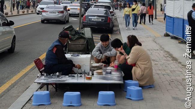 Smulkus verslininkas pardavinėja gatvėje vienos rūšies patiekalus