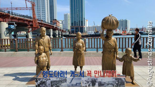 Paminklas tikriems pabėgėliams iš Šiaurės Korėjos Korėjos karo laikais prie Pusano tilto, prie kurio daug jų susitardavo susitikti, bet taip ir nebepamatydavo vienas kito anuomet skurdžioje, karo nualintoje Pietų Korėjoje. Dabar kiti laikai ir aplinkui - ramybės regionas, supamas beprotiško pasaulio