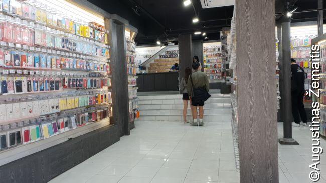 Nedidelis fragmentas milžiniško mobiliųjų telefonų dėklų 'supermarketo'