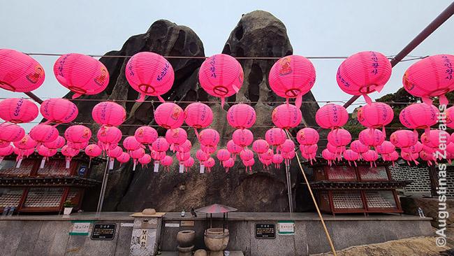 Aplink šventą uolą prie Guksadango šamanistų šventovės Seule