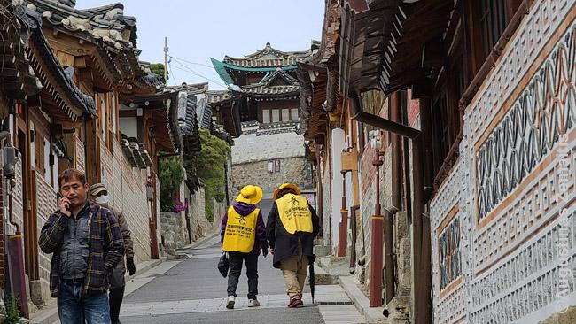 Seulo senamiestis - Bukčono rajonas. Moterų rūbai ragina būti tyliems, kad netrukdytumėte gyventojams