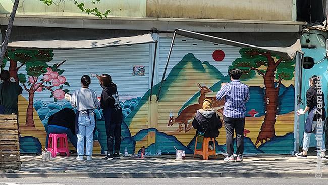 Menininkai tapo sienas Seule. Pietų Korėjoje populiaru labiau sukiužusių kvartalų sienas atiduoti menui ir tai nesiliauja nė per koronavirusą