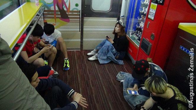 """Pietų Korėjoje važiuojant penktadienio vakare gavau bilietą į traukinį tik ant grindų ir tik su persėdimu. Vis tiek, aišku, įdomu - net ten buvo telefonų krovyklos, o priešais sėdėjęs vyras, paklausęs, iš kur aš, čia pat ėmė """"gūglinti"""" Lietuvą. Korėjiečiai neįsivaizduoja gyvenimo be technologijų."""