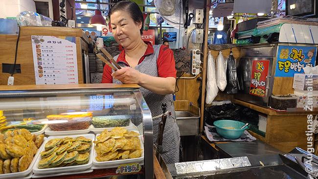Korėjietiškų blynų kepėja Korėjos maisto turguje