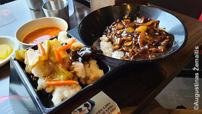 Čadžang ryžiai (čadžangbap) - dešinėje