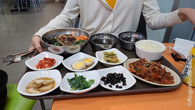 Tipinis valgis korėjiečių restorane. Čia užsakyti du patiekalai (mano ir Aistės), o kartu su jais privalomai atneša bančanų - užkančių. Juos paprastai dalijasi visi valgantieji.