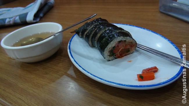 Kimbapas su kimči ir kitomis daržovėmis viduje