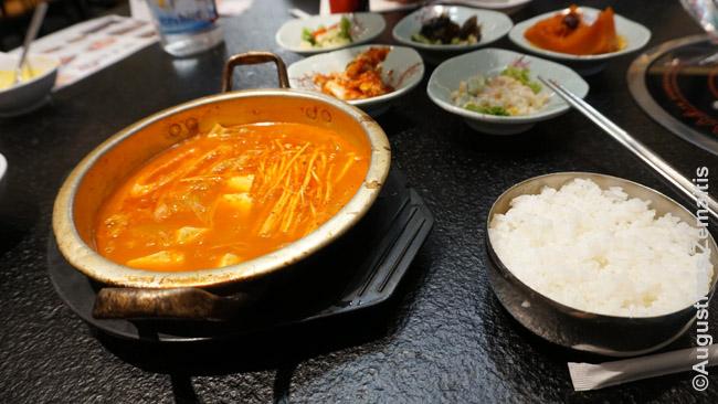 Kimčidžigė (troškinys), atnešamas su ryžiais