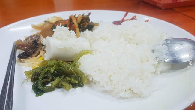 Ryžiai su garnyrais - tradicinis būdas valgyti (patiekta budistų šventykloje)