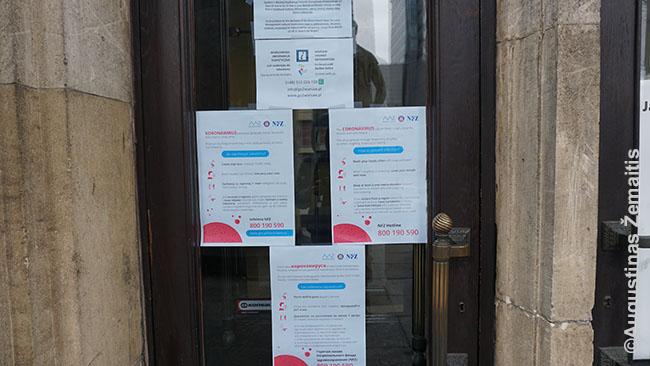 Eilė perspėjimų apie koronavirusą ant Turizmo informacijos durų