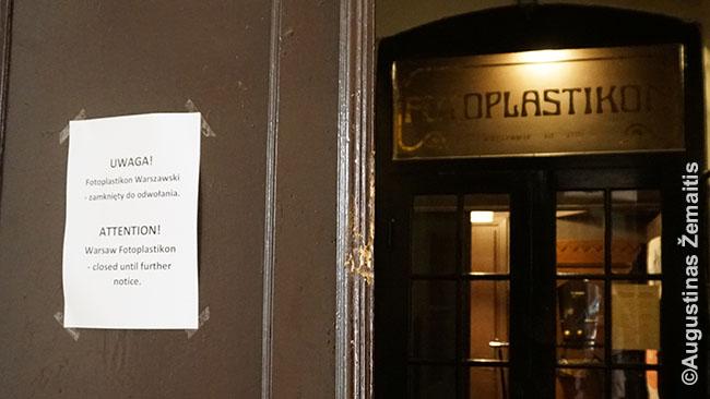 Įspėjimas prie Fotoplastikono muziejaus, kad nedirba