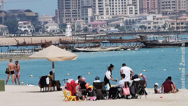 Katariečių šeima Katara paplūdimyje