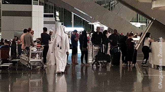 Eilė prie Qatar Airways informacijos: greitai keičiantis situacijai, žmonės keičiasi bilietus