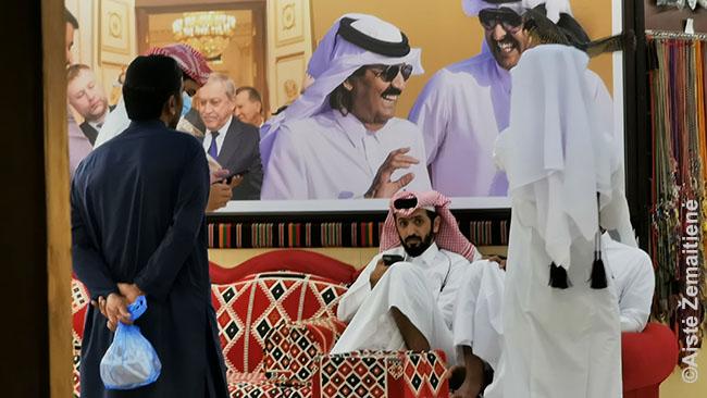 Katariečiai perka sakalus Sakalų turguje