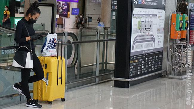 Tajės ir su kaukėmis sugeba atrodyti gražiai ir stilingai (Bankoko oro uostas)