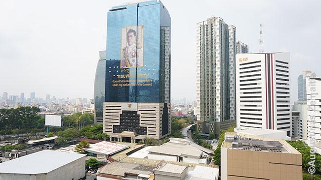 Tailando karaliaus atvaizdas pro buto langą. Pats karalius, beje, dabar Vokietijoje - ir didžiąją dalį laiko prabūna ten