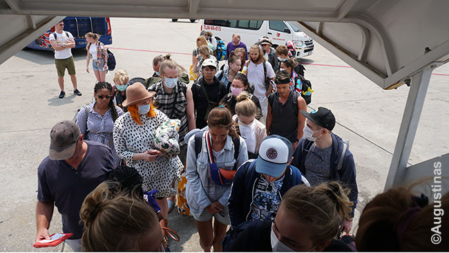 Keleiviai. Europoje beveik niekas nedėvi kaukių, bet Tailando kaukių kultūra tokia gaji, kad ir kai kurie baltaodžiai čia išmoko tą daryti