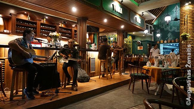 Vakarienė pustuščiame restorane. Gyvos muzikos klausėmės mes ir dar pora nedidelių kompanijų.