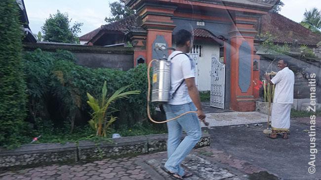 Kaimo dezinfektorius praeina Balio šventyklą