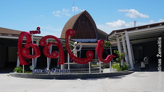 Balio oro uostas. Baltaodžių turistų mažai, bet daugiau, nei tikėjausi, atskrenda su banglentėmis ir kitkuo. Greičiausiai iš kitų Indonezijos salų, dar tęsia seniai prasidėjusias keliones per Indoneziją.