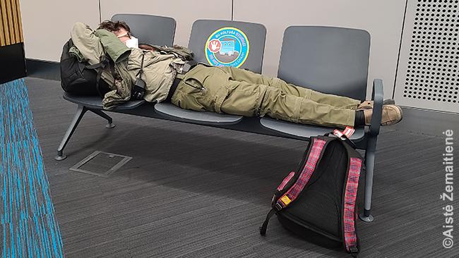 Bedirbant po tiek mažai miego suėmė miegas. Miegu, kas be ko, su kauke. Pamenu, kai 2020 m. pirmą kartą tai dariau skrydyje į Katarą, atrodė keista, laikina. Dabar atrodo beveik amžina ir visai patogu