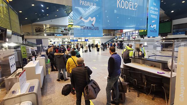 Eilė prie registracijos į skrydį į Stambulą