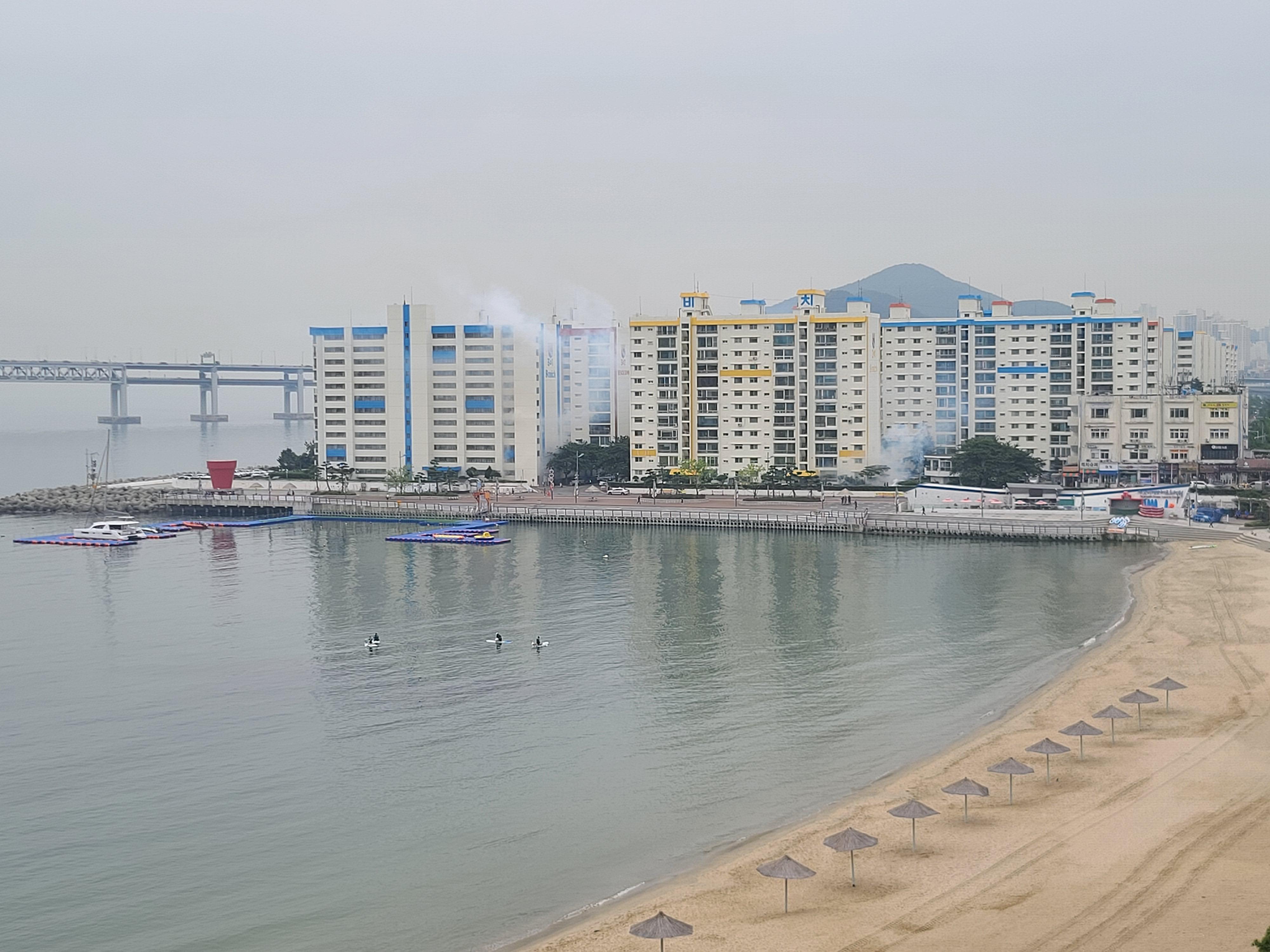 Kylantys 'dūmai' - tai dezinfekcija Pusano Kvangalio paplūdimio rajone