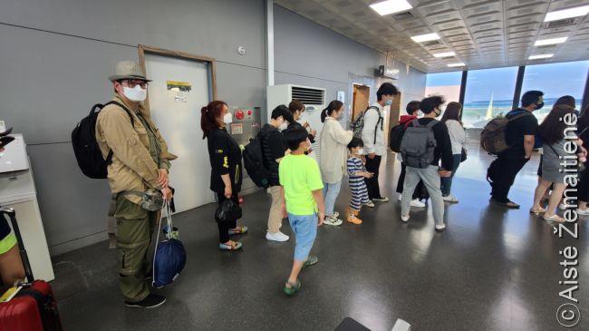 Eilėje prie laipinimo į skrydį Pusanas-Čedžu