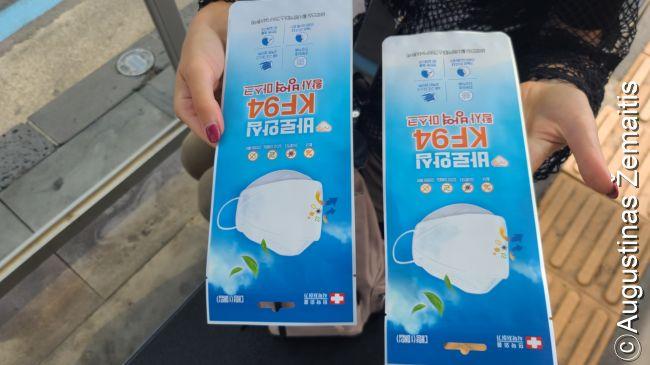 'Valdiškos' kaukės. Dar vasarį Korėjoje kaukių trūko ir Korėja uždraudė jų eksportą bei pradėjo pardavinėti tokias oficialias kaukes oficialiuose punktuose apribojusi, kiek kuris pilietis gali jų įsigyti. Užsieniečiams jos buvo neprieinamos, bet jų poreikis sparčiai išnyko: man atvykus kovo 30 d. kaukių buvo pilni Seulo turgūs, nors ir truputį brangesnių. Pagaliau birželį 'valdiškos' kaukės paleistos laisvai ir jų taip pat galėjau parodęs pasą įsigyti - tiesa, dar ne visos pardavėjos žino naują tvarką. Bet nelabai ir reikia, kai kaukės pardavinėjamos ant kiekvieno kampo