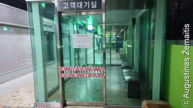 Pusano metro rūkykla - viena retų dėl koronaviruso dar uždarytų vietų Pusane