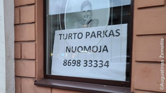 Dažnas ženklas Vilniaus senamiestyje, kur be karantino uždarymų žalos dar smogė ir sunykęs turizmas
