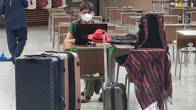 Darbas pakeliui namo su visa lagaminų gausybe