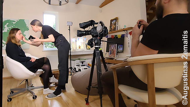 Aistė grimuojama prieš interviu Delfi TV
