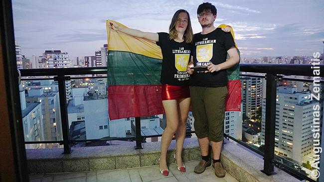 Vasario 16 d. balkone iškeliame Lietuvos vėliavą. Vėliau ją padovanojame lietuvių kilmės klientui, kuriam padedame atsikurti Lietuvos pilietybę