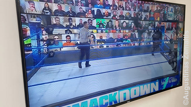 Amerikietiškos imtynės viename Dominikos Respublikos televizorių - vietoje gyvų žiūrovų rodomi ekranai