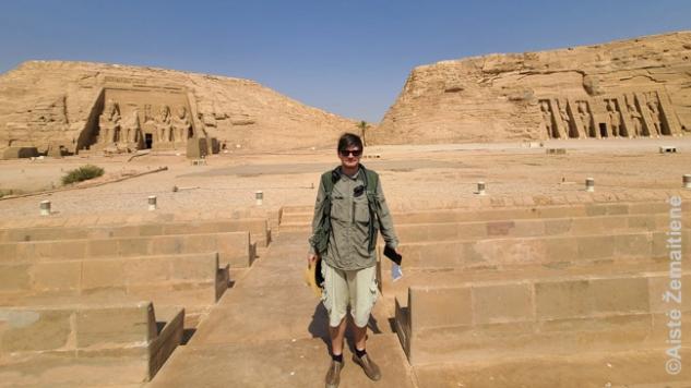 Žvelgiant į Abu Simbelo šventyklas nuo šviesų šou teatro sėdėjimo vietų. Visur tuščia tuščia.