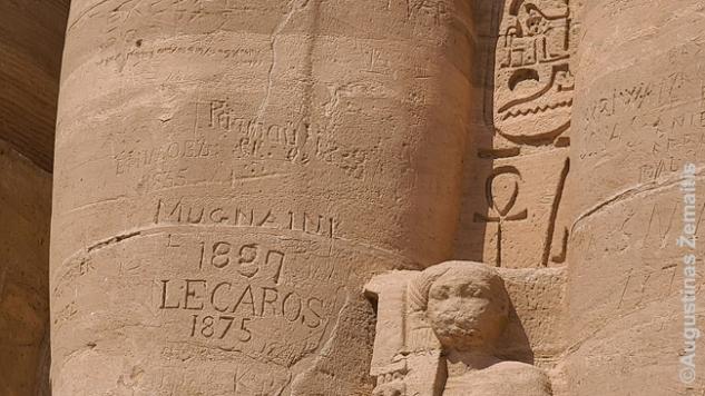 XIX a. tyrinėtojų grafičiai ant Abu Simbelo fasado