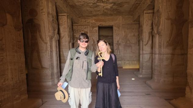 Abu Simbelo šventyklos prižiūrėtojas sugalvojęs nuotrauką su šventyklos raktu (raktas tikrai tas, kuriuo rakinama šventykla)