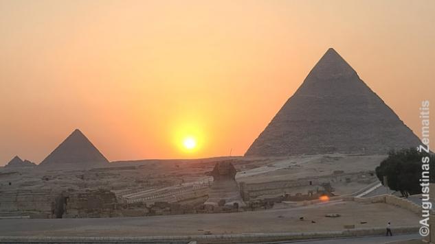 Saulėlydis virš Gizos piramidžių
