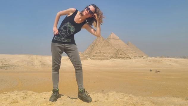 Viena iš tipinių nuotraukų, kurias prie piramidžių siūlo daryti prižiūrėtojai, kupranugarininkai, arklininkai ir t.t.