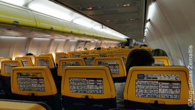 Beveik tuščias Dublinas-Vilnius lėktuvas. Kaip skrendant į priekį kiekvienas sekantis reisas buvo vis pilnesnis, taip skrendant atgal - atvirkščiai. Kuo arčiau Lietuvos, tuo mažiau keleivių.