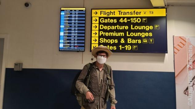 Nuotrauka oro uoste prie tablo