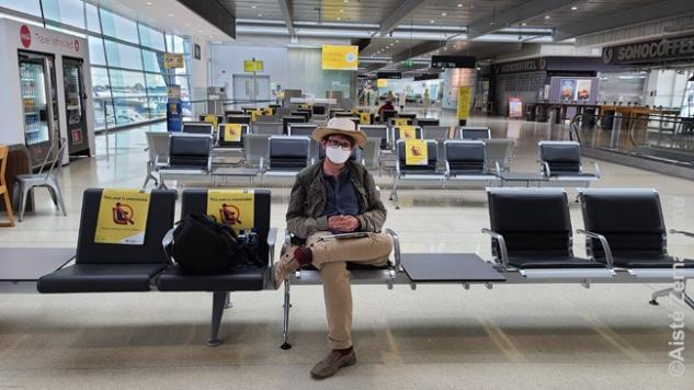 Sėdžiu oro uoste, atokioje vietoje